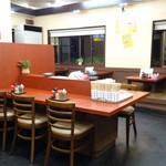 くるめラーメン - 右奥のテーブル席と小上がり席