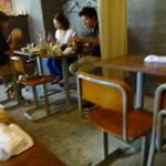 煮込みDining Choi.s - 机と椅子は学校風