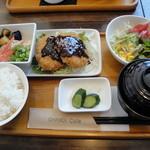 チャモイ カフェ - 「あらびき メンチカツ定食(サラダ・漬物・ごはん・汁物・ミニそうめん・ドリンク付)」