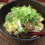 糀屋 - トロトロに煮込んだ牛スジを玉子でとじ、ネギがいっぱいかかっています