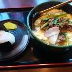 讃岐うどん こんぴら - 肉うどん 686円 とおにぎり 100円