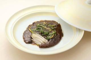 メゾン・ド・ユーロン - 【遊龍特製 フカヒレの姿煮込み】 東京で一店舗、広東たまり醤油を使い、フカヒレの味を損なわず、濃い色と粘りを出し、よりインパクトの強い料理に仕上げました。