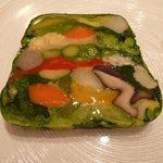 レザンファン ギャテ - 福岡県筑紫郡から届いた無農薬野菜をプレスしたテリーヌ サフランのムースリーヌ・ソース