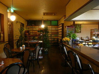 カフェ・ネイブル - 丸テーブルと縦長のテーブルがあります。