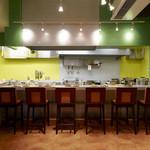 ハノイのホイさん - 開放感あふれるオープンキッチン
