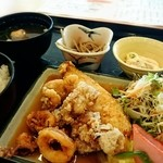 多種多菜 - 料理写真:唐揚げ定食(鶏、ゲソ、魚の盛合せ)