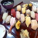 勝栄鮨 - 右上は特上2500円、左下は上2200円
