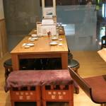 銀座じゃのめ - カウンターとテーブル。カジュアルな感じの店内です。