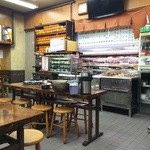 金時食堂 - 食堂らしいムード満点の店内です