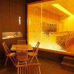 和雅家 - テーブル席では、天井5Mもの解放感ある空間で寛いでいただけます。
