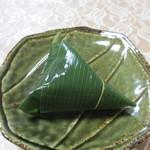 麩帆 - 笹の葉に小さな麩まんじゅうが包まれています
