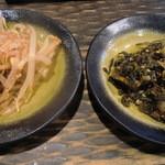 博多ラーメン 琥家 - 一風堂系らしく辛モヤシと辛子高菜