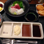 串とも - 日替わりランチ850円 串揚げ4本、刺身、イカと里芋の煮物、デザート、ご飯、味噌汁、漬物