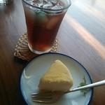喫茶去 作楽 - 料理写真:プチチーズケーキとモンゴル茶 600円♪
