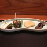 め乃惣 - 突出し (味噌蒟蒻、焼帆立貝、磯ツブ貝、胡瓜とエシャロット) (2014/08)