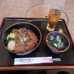 もうもう亭 - ランチのカルビ丼(880円)とウーロン茶(100円)。