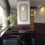 カーン・ケバブ・ビリヤニ - 入口方向を望む(柱向こうにもテーブル3卓あり)