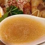 神戸牛らーめん 八坐和 - 神戸牛らーめん~古式醤油仕立~スープ・リフト