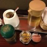 神戸牛らーめん 八坐和 - テーブルにはかつお粉、柚子粉、胡椒、お酢。       かつお粉、柚子粉を少しずつスープに足していくと…。       食べた人だけのお楽しみ♪