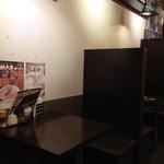 神戸牛らーめん 八坐和 - 12席 (カウンター8席、テーブル2席×2)
