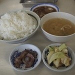 29637255 - ご飯、味噌汁、天つゆ、イカ塩辛、漬物