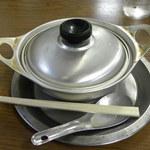 ことり - アルミのお鍋で供されます。