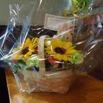 とんかつ ひで - 店内に飾られた「お誕生日おめでとうごあいます。」とメッセージのあるお花