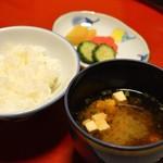 備前屋 - 赤味噌のお味噌汁と、やや辛めのお漬物。