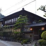 備前屋 - 江戸時代に建てられた建物とのことです。