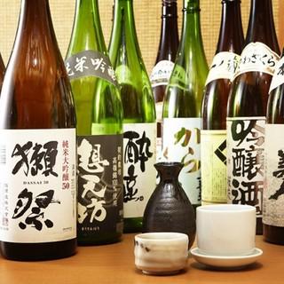 落ち着いた空間で日本各地の漁港直送鮮魚と旨い酒を味わう。
