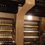 BARBARA market place 151 - 壁がワインボトルで埋め尽くされています