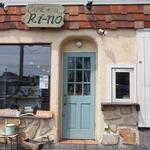 カフェ リーノ - 右上のワッフルの看板が目印