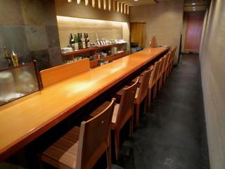 京都豆八 - カウンター席。