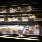 29665609 - 「やまぐちロール」などのケーキです。