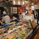 FLO・プレステージュ - ケーキとタルトが並んだ店内様子。