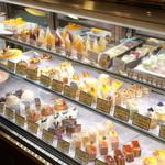 スーリィ・ラ・セーヌ - ショウケースには30種類程のケーキが季節の流れの中で表情を変えながら並んでいます。お誕生日のケーキや記念日のケーキもご用意しております。ご予約頂ければさらに選択範囲は広がります。