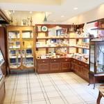 スーリィ・ラ・セーヌ - 焼き菓子の陳列棚です。新鮮な焼き菓子が並んでおります。