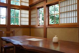 mugi - 奥には、こんな窓があり、大きなテーブルがありました
