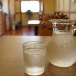 mugi - 水のグラスと、デカンタ、シンプルで「涼」を感じます