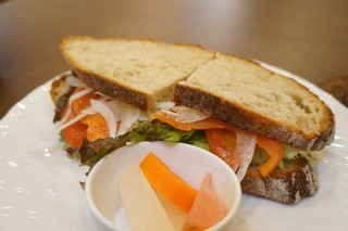mugi - スモークサーモンサンド、(ライ麦パンに、スモークサーモン、レタス、トマト、オニオンが挟んであります)