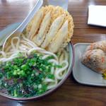 ふじや - 料理写真:「肉ごぼううどん」630円・「かしわおにぎり」160円