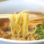 佐藤商店 - 麺は、少し縮れてそこそこ弾力がある中華麺。