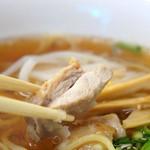 佐藤商店 - 鶏はチャーシューというか香ばしく焼いたチキンソテー(鶏もも肉)です。