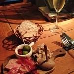 29723940 - シャルキュトリー(パテドカンパーニュ、豚バラ肉のリエット、レバーパテ、パルマ産サラミ、ハモンイベリコデベジョータ)スパークリングワインはAtmospheres Jo Landron