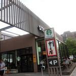 29725272 - 右後ろの建物にも、別店舗のスタバ。