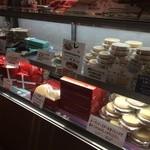 観音屋 - 1Fレジ下のチーズケーキのショーケース