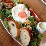 ザ タイムズ カフェ - オーガニック野菜といわいどりのサラダ
