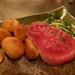 シャカ - 薄切りステーキとニンニクの丸焼き