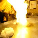 シャカ - チャーハンを作っている最中。炎が立ちます
