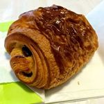 29744614 - パンショコラ。香ばしいパンの中に香り高く甘いチョコレートが入っている。